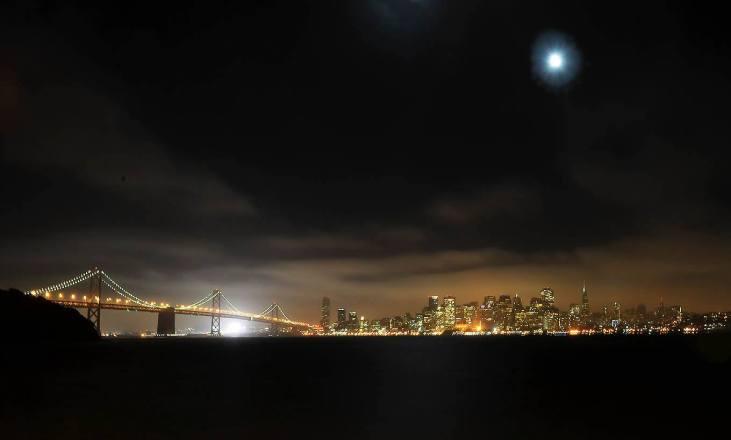 Miasto nocą (widok z Treasure Island - Most Zatokowy i San Francisco skyline)