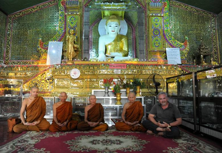 Nie, żebym przeszedł na buddyzm - to mnisi zaprosili mnie do wspólnego zdjęcia w jednej ze świątyń w Mandalay (Birma)