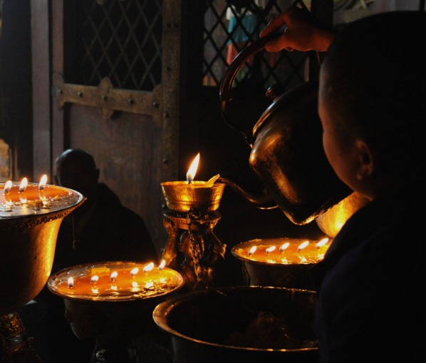 Czajniczek i znicze - wnętrze klasztoru Samje, oprócz mistycyzmu, wypełnia gra światła i cienia